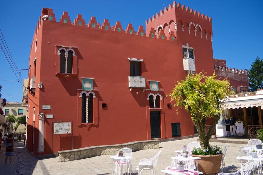 Anacapri e la peculiare Casa Rossa